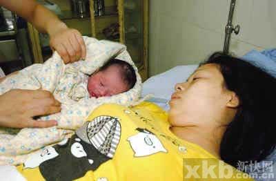 广州一孕妇诊所门前产子