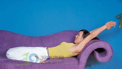 沙发瑜伽舒缓压力放轻松(图)图片