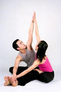 体现温馨的情人双人瑜伽(图)图片